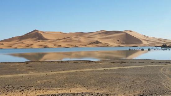 extenso lago de Yasmina